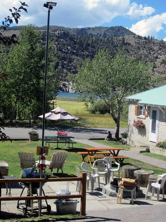 Lake Front Cabins: BBQs and campfire overlooking June lake