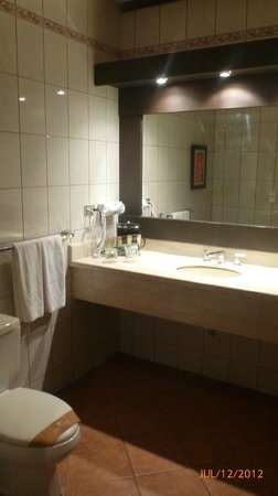 Occidental Papagayo - Adults only: bathroom - no storage for toiletries - everything goes on countertop