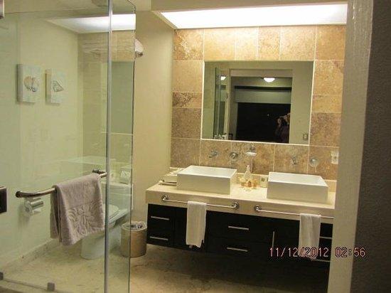 Residences El Faro: Condo Reef 102, one of the bathrooms