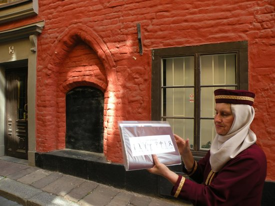 stoRy touRs : Medieval markings on the buildings