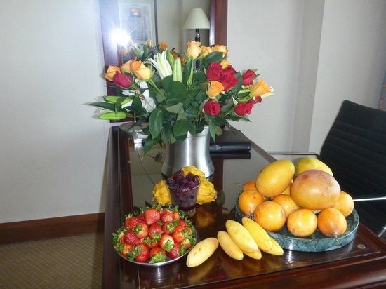 Hilton Colon Guayaquil: we bought flowers and fruit ourselves to distract from the ugly room