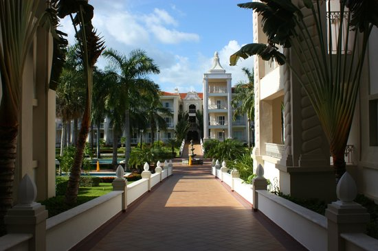 Hotel Riu Palace Riviera Maya: My walk looking for ice.
