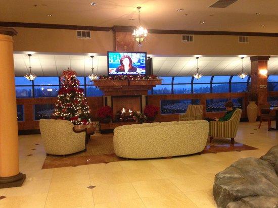 بيمونت إن آند سويتس برمرتون/سيلفرديل: Lobby fireplace 
