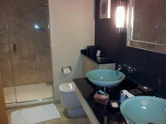 Alexander House Hotel & Utopia Spa: twin sinks, shame taps in wrong place