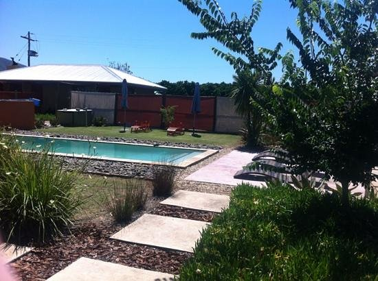 Lemon3Lodge Guesthouse: pool and garden