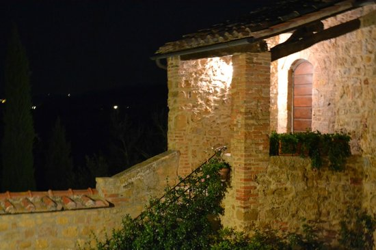 Agriturismo Cretaiole di Luciano Moricciani: Night view inside the courtyard