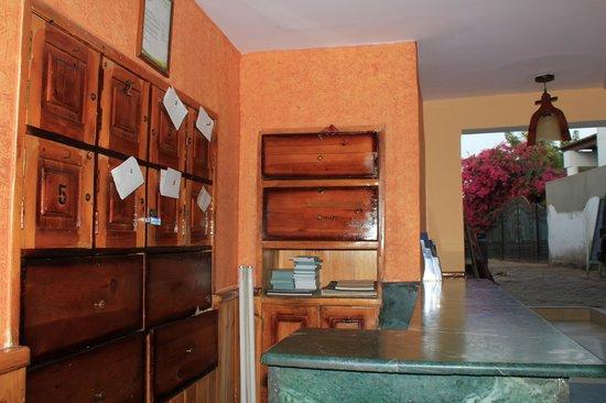Jasmine Hotel & Restaurant: Front Desk