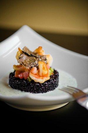 Les gambas snackées sur riz noir Venere et crème de truffe à la Roustide à Nice