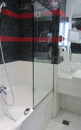 Crowne Plaza Hotel - Athens City Centre: Large bathroom, great toiletries