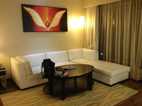 Courtyard Mumbai International Airport: Suite Living Room