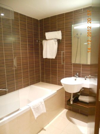 โรงแรมคอนฟอร์เทล ออดิทอริ: vasca con doccia e lavabo