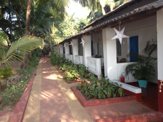 home Beachfront Restaurant & Hotel: Row of rooms along one side