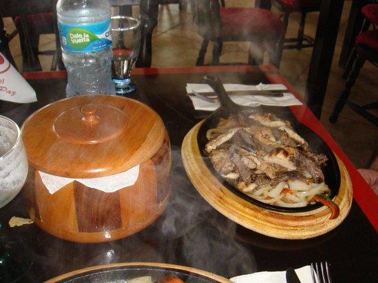 Gusto's Restaurant & Cantina: Combination Fajitas