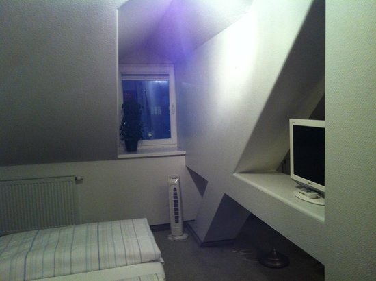Bayrischer Hof: TV and a side window