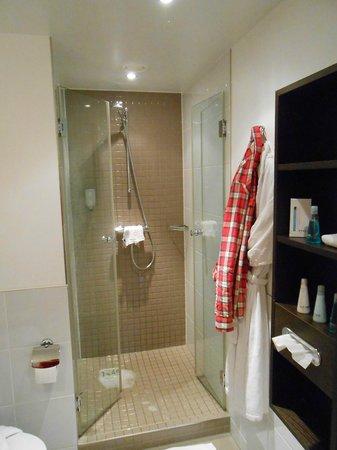 Mövenpick Hotel Amsterdam City Centre: La salle de bain (douche + baignoire)