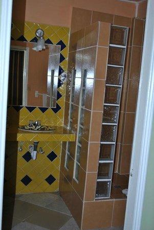 Cahal Pech Village Resort: Bathroom