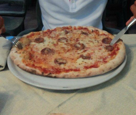 Pizzeria Sa Macinera: pizza barbaricina normale ENORME!!!!!