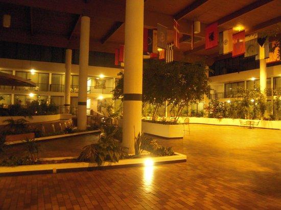 Wyndham Garden Romulus Detroit Metro Airport: Large lobby areas