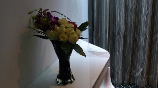 Yas Viceroy Abu Dhabi: A beautiful bouquet in the room