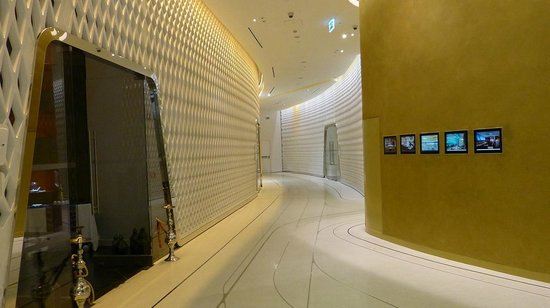 Yas Viceroy Abu Dhabi: The corridor when going from lobby to the elevators