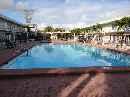 Days Inn St. Petersburg North: Outdoor Pool