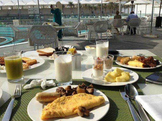 Yas Viceroy Abu Dhabi: Breakfast from the buffet (outdoor terrace)