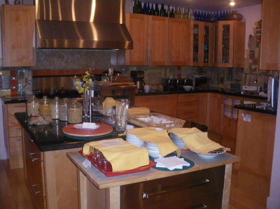 Hollywood Bed & Breakfast: Kitchen