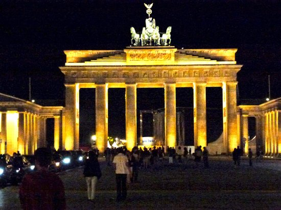 ‪هوتل أدلون كمبنسكي: Brandenburg gate at night from hotel‬