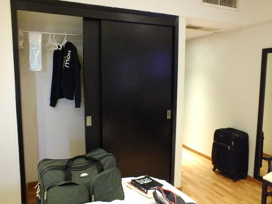 Hotel Roma, Suites & Business Center: closet.