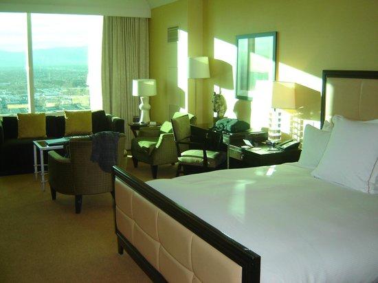 Trump International Hotel Las Vegas: Sun washed room.