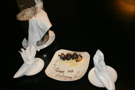 The Ritz-Carlton, Kapalua: Champaigne & Chocolate Strawberries!