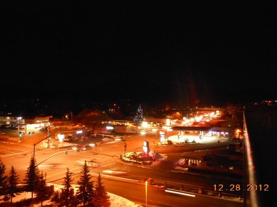 دروري إن آند سويتس فلاجستاف: 6th floor suite looking toward mountains at night