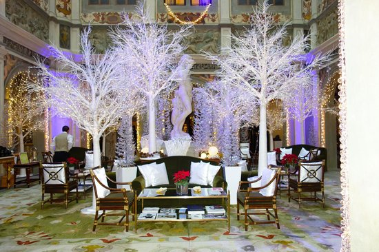 Four Seasons Hotel Firenze: Lobby with Christmas decor