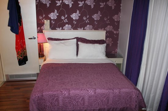 Antik Hotel Istanbul: Double bed, one reading lamp missing