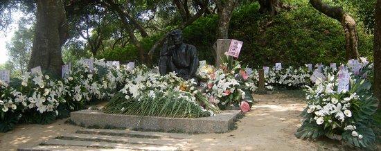 Wusanto Reservoir: 命日の5/8の次の日の献花だらけの銅像