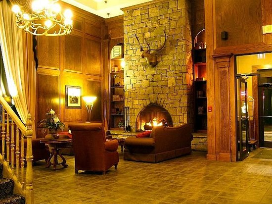 Comfort Suites: Lobby with cozy fireplace