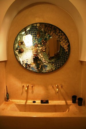 Riad Djebel: bathroom mirror