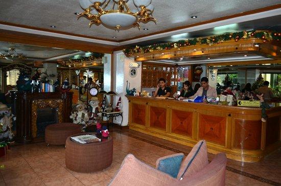 Golden Pine Hotel : front desk