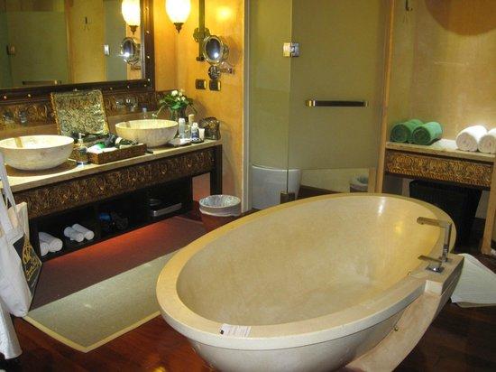 เดอะ บาราย วิลล่า: The Bathroom area