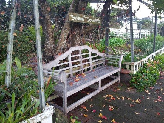 Mystery Mountain Educational Farmstay: Garden seat at Mystery Mountain Farmstay Resort