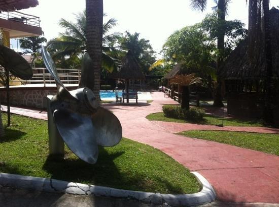 Hotel Marbrissa : camino a la piscina
