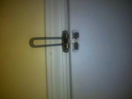 Days Inn Turbeville : broken latch room 105