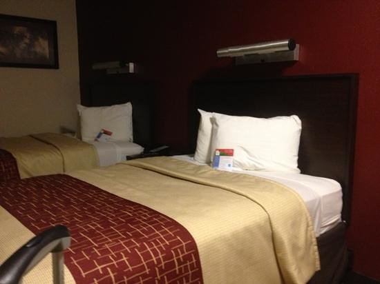 Red Roof PLUS+ Baltimore - Washington DC/BWI Airport: renovated room