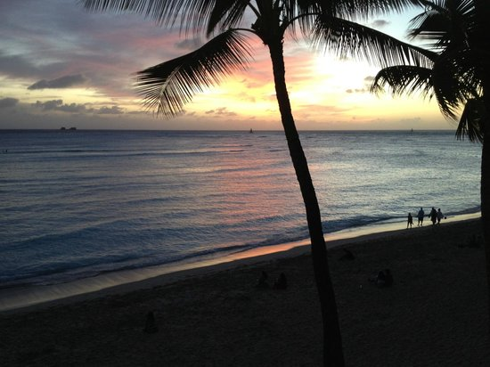 Moana Surfrider, A Westin Resort & Spa: Waikiki at sunset