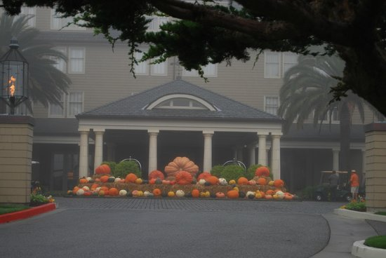 ‪‪The Ritz-Carlton, Half Moon Bay‬: Pumpkins at front entry‬