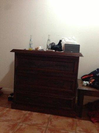 Copacabana Hotel & Suites: mobile davanti a letto!! manco tv hanno