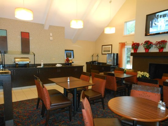 Residence Inn St. Petersburg Clearwater: Breakfast Room