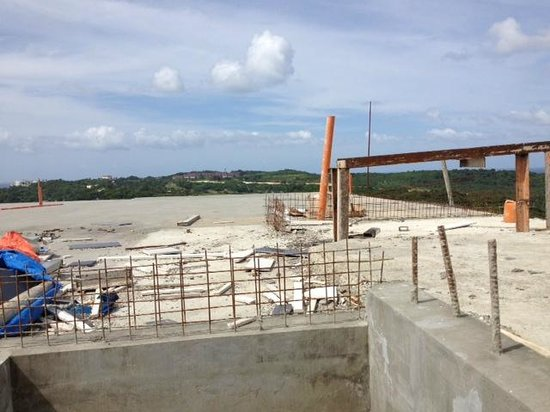 Tanawin Resort and Luxury Apartments: View of Terrace Construction
