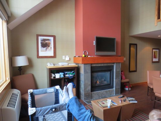 Fox Hotel & Suites: Fireplace