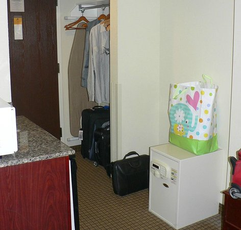 Best Western Suites Near Opryland: Open wardrobe area & room safe